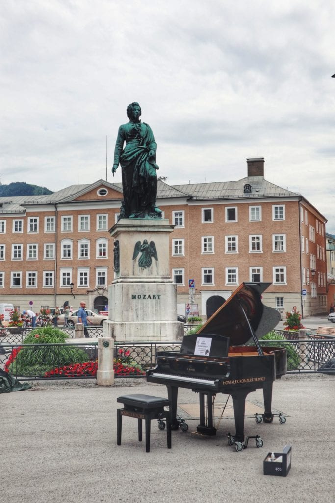 Mozartstatue mit Klavier in Salzburg