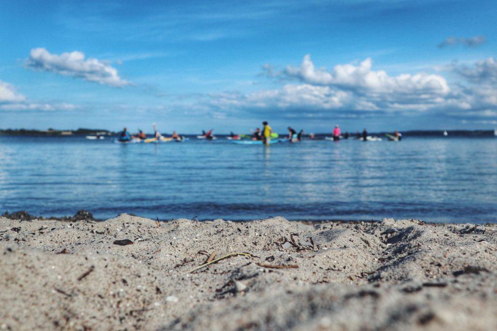 SUP und Windsurfer Anfänger am Strand von Holnis