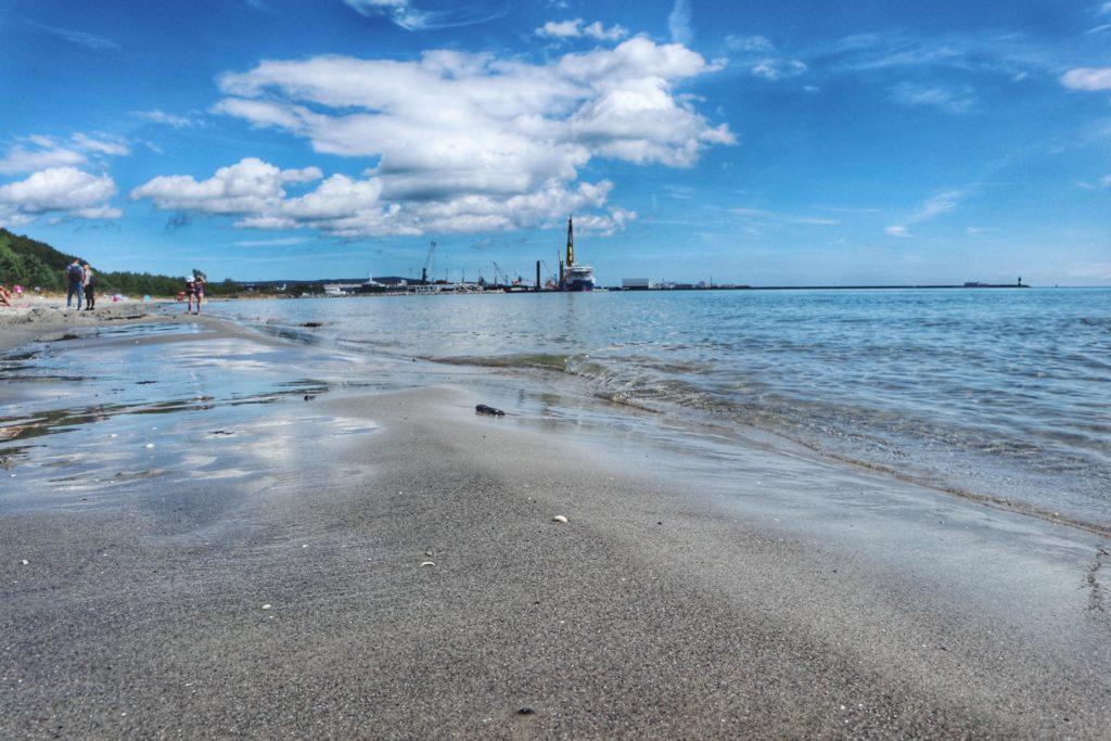 Sassnitzer Hausstrand in Mukran mit Hafen und Leuchtturm