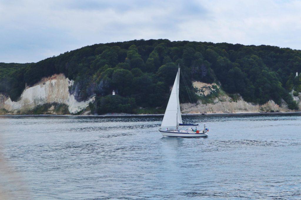 Schifffahrt Sassnitz Kreidefelsen Segelschiff und Leuchtturm
