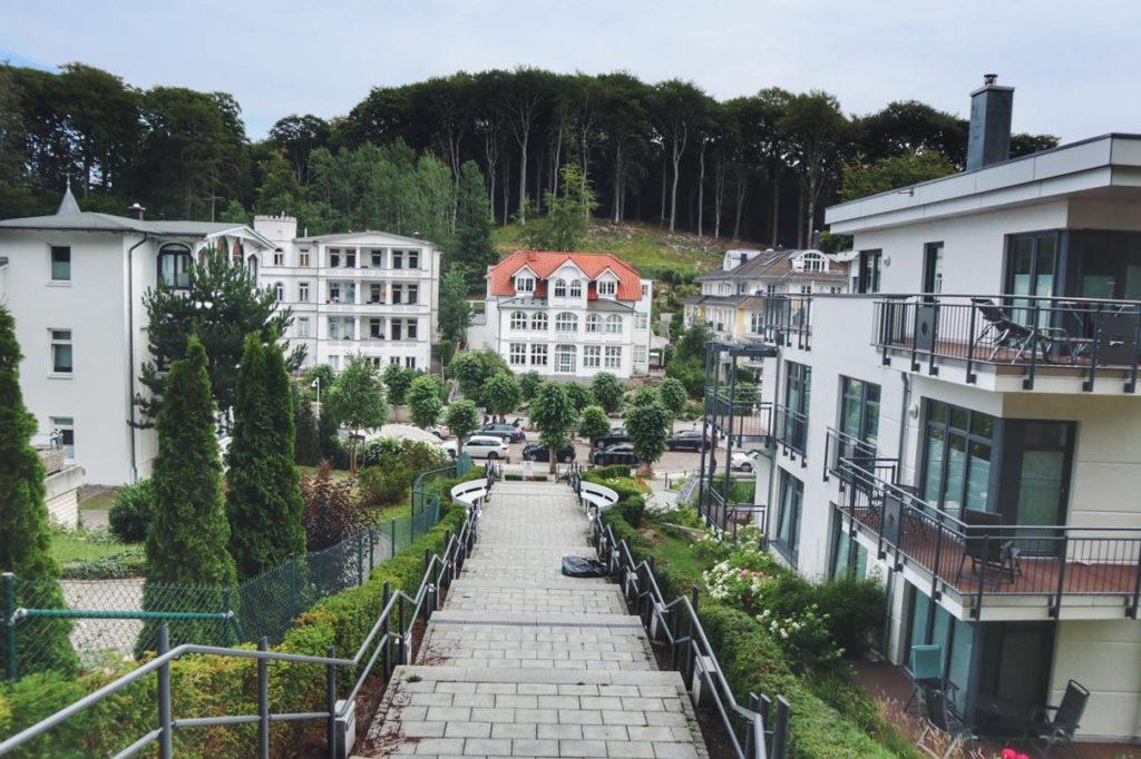 Selliner Kurpark Blick auf weiße Häuser