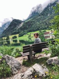 Travellerin Blick auf Hintersee