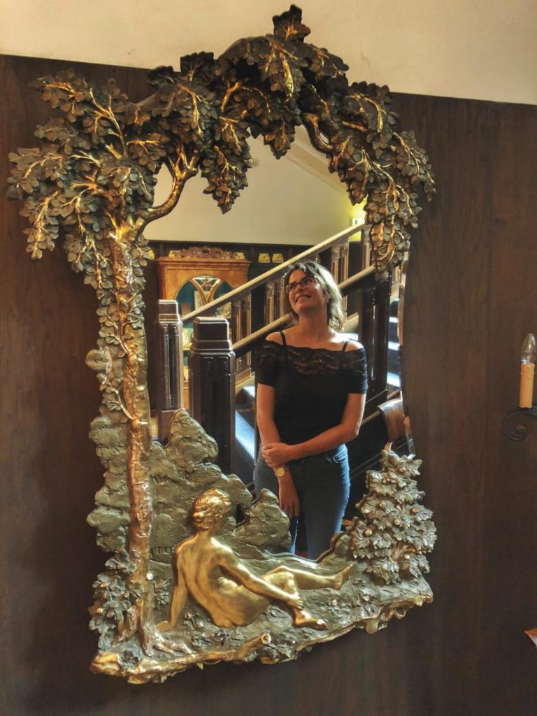 Travellerin Lisa im Spiegel im Hotel Schloss Ralswiek