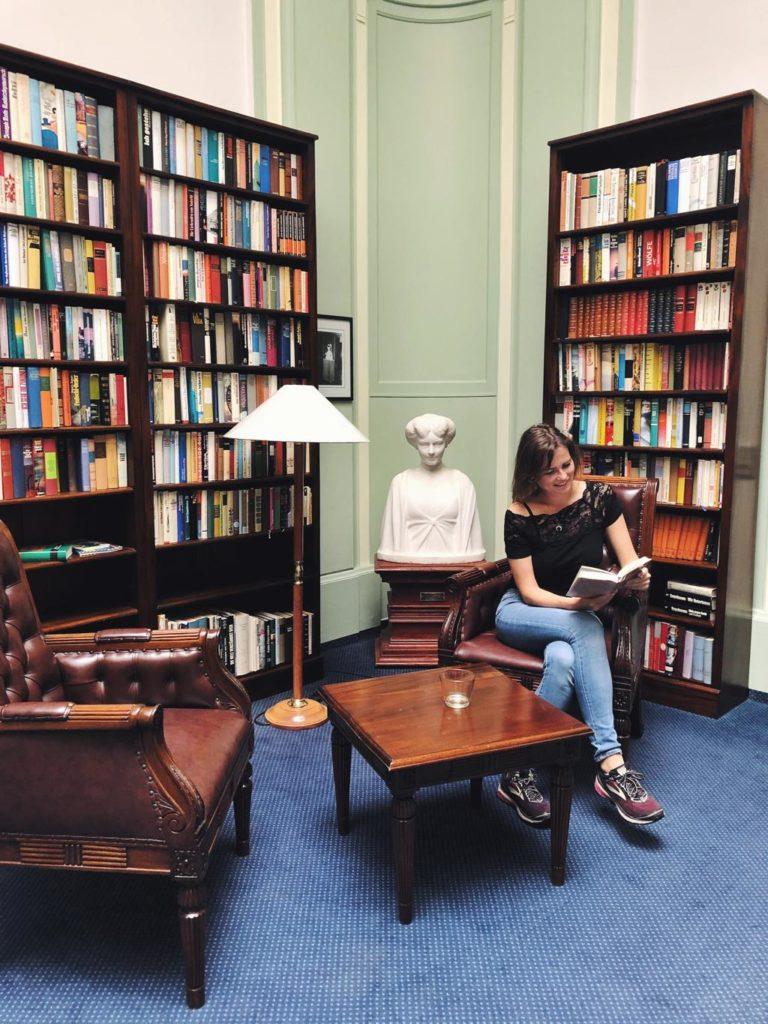 Travellerin Lisa in der Bibliothek im Hotel Schloss Ralswiek