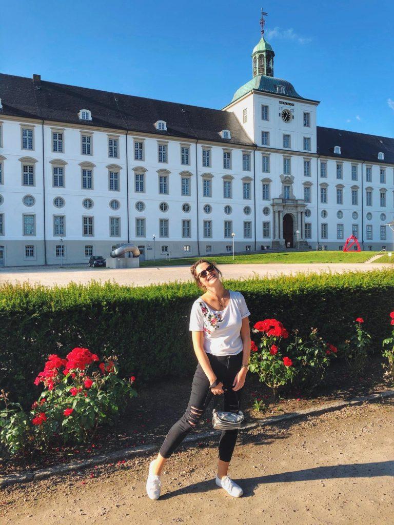 Travellerin Lisa vor dem Schloss Gottorf in Schleswig