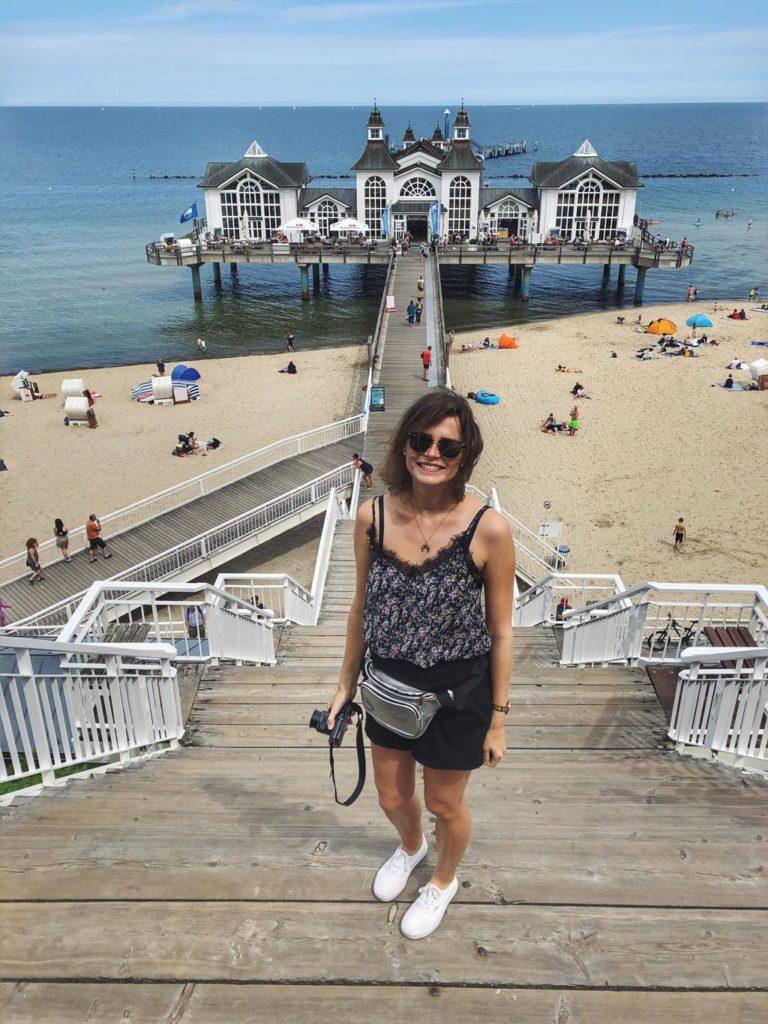 Travellerin Lisa vor der Seebrücke Sellin