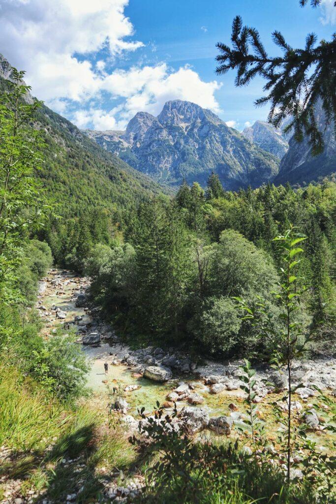 Wandern in Slowenien_Blick auf Triglav Berge_auf dem Soska Pot bei Trenta