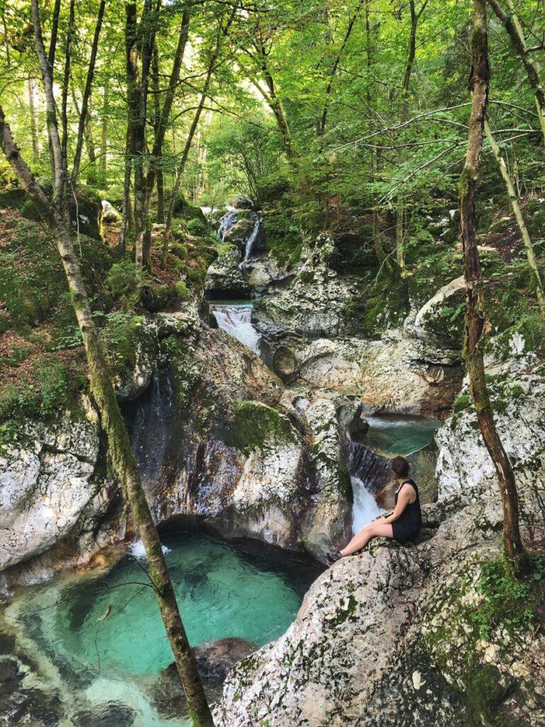 Wandern in Slowenien_Šunik Wasserhain_Travellerin vor Wasserfall