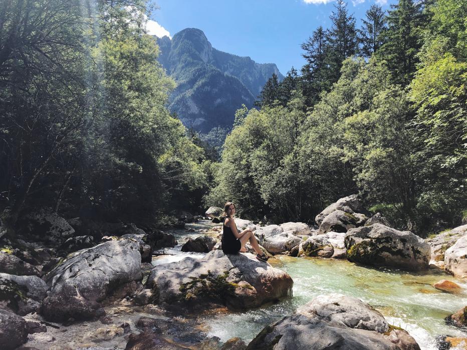 Wandern in Slowenien_Travellerin an der Soca_auf dem Soska Pot bei Trenta