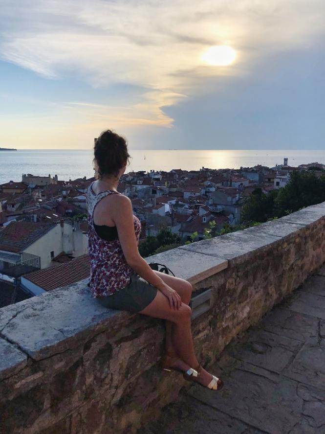 Slowenien Urlaub am Meer_Travellerin mit Blick auf Piran